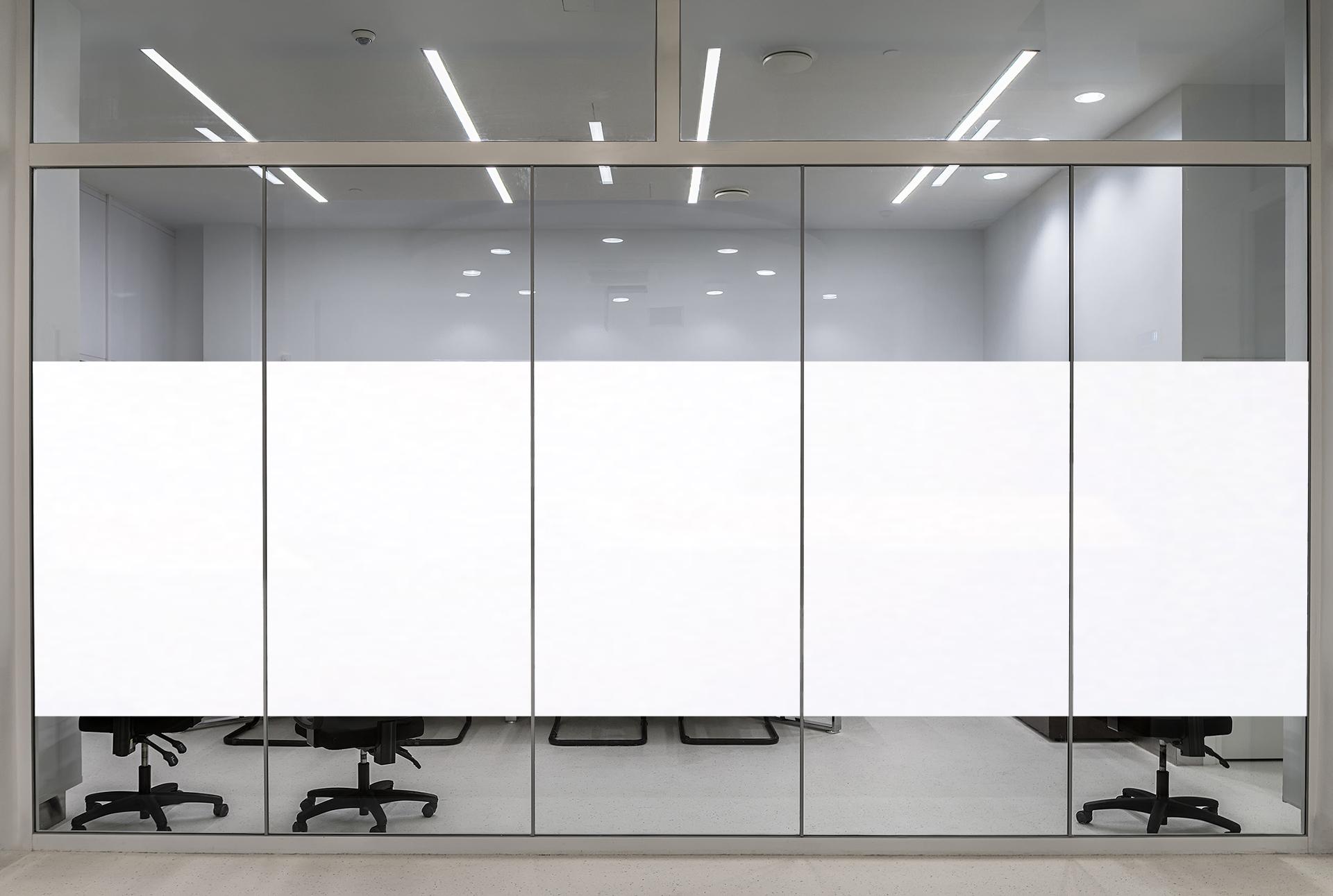 Szklana ściana w biurze z naklejoną folią elektryczną w kolorze białym (mlecznym).
