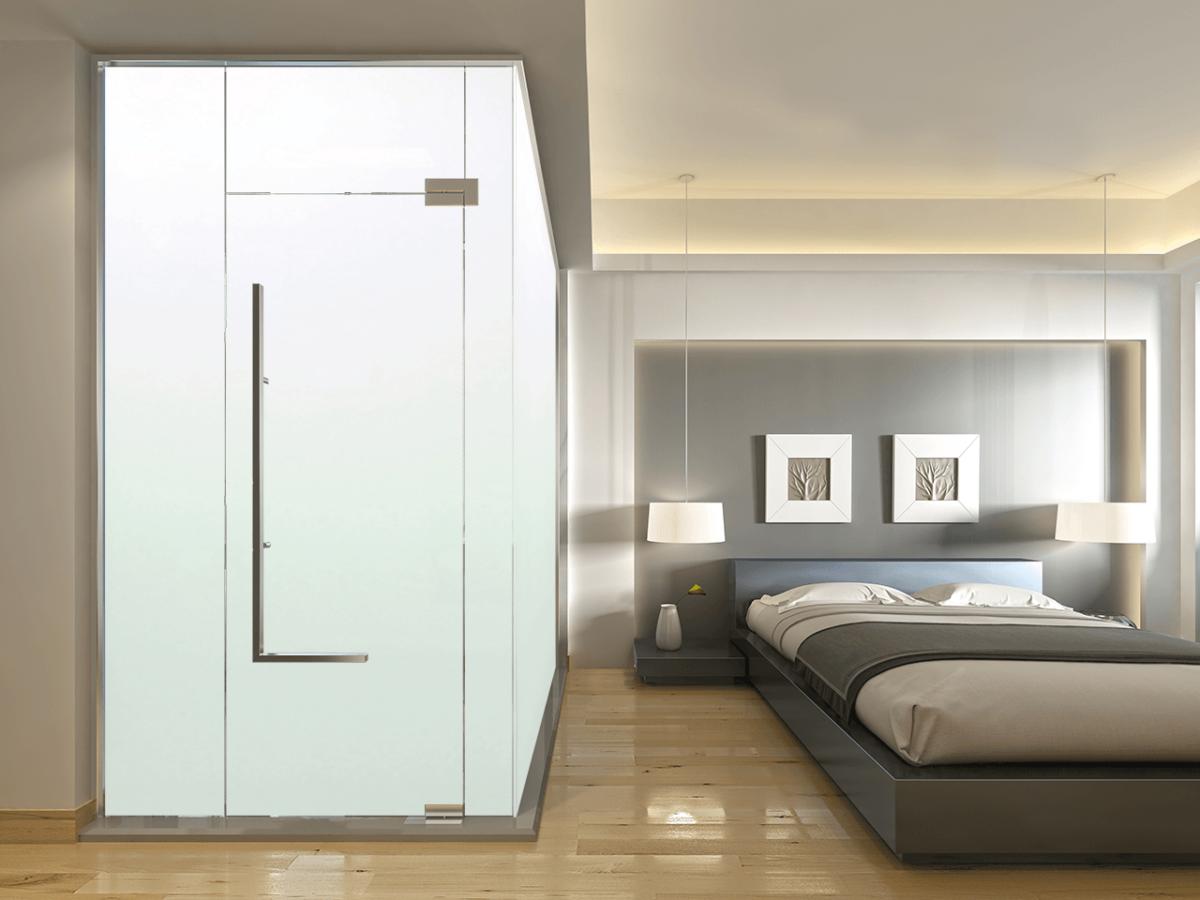 Pokój hotelowy z wydzieloną łązienką w pokoju, za pomocą szklanej ściany działowej.