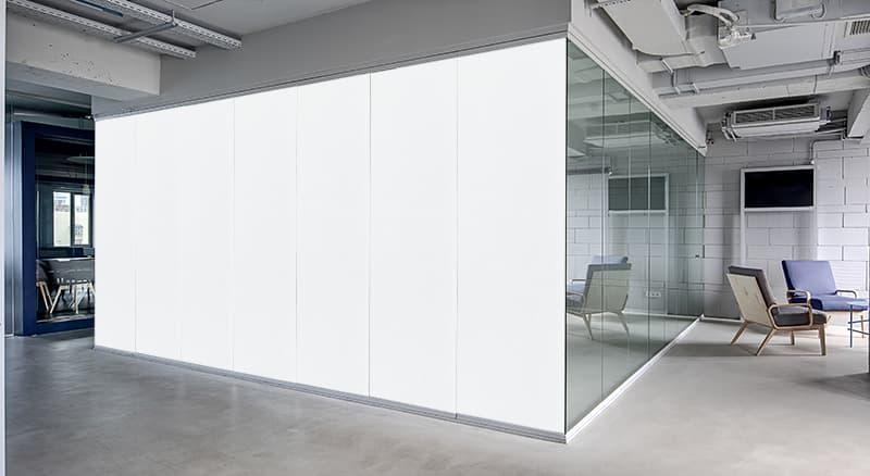 Wydzielona przestrzeń biurowa szklanym boksem, z zamontowaną elektryczną folią okienną.
